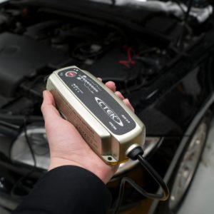 mantenitore di carica batteria auto foto